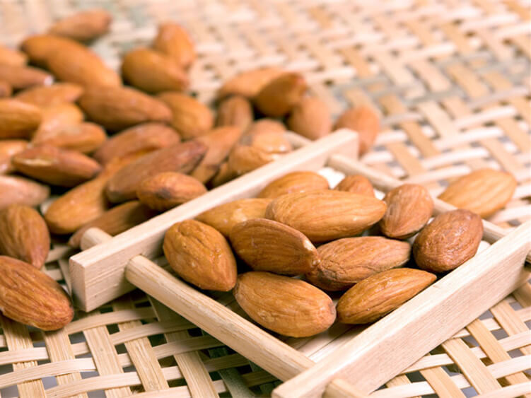 shelled almond nut